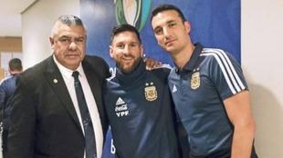 Chiqui Tapia junto a Lionel Messi y Lionel Scaloni.