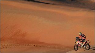 Luciano Benavides conduce su moto entre las dunas en la etapa entre...