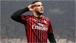 Theo Hernández festeja un gol con el Milan.