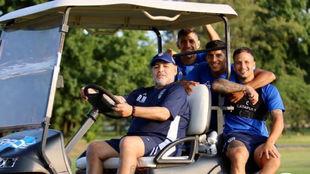 Maradona junto a algunos de sus jugadores en una práctica.