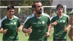 Osvaldo, durante un entrenamiento con Banfield.