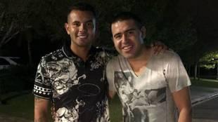 Cardona y Riquelme, en una foto que subió el colombiano a las redes...