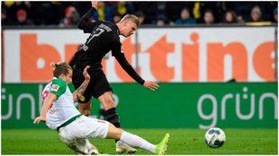 Haaland saca el zurdazo en su primer gol con el Dortmund.