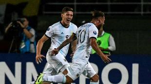 Mac Allister celebra su gol junto a Gaich.