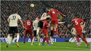 Van Dijk y Salah deciden el 'Clásico' con el United y dan...