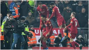 Van Dijk recibe la felicitación de sus compañeros tras hacer el gol...