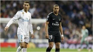 Cristiano y Mbappé durante un Real Madrid-PSG en el Santiago...