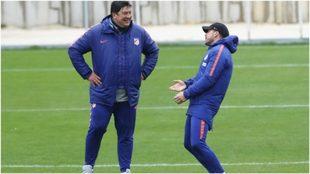 Burgos sonríe durante una charla con Simeone.