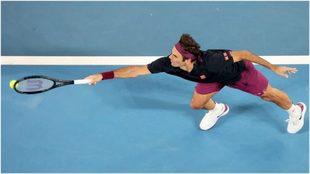 Federer llega a la pelota para responder ante Krajinovic.