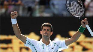 Djokovic levanta sus brazos tras ganarle al japonés Nishikoka.