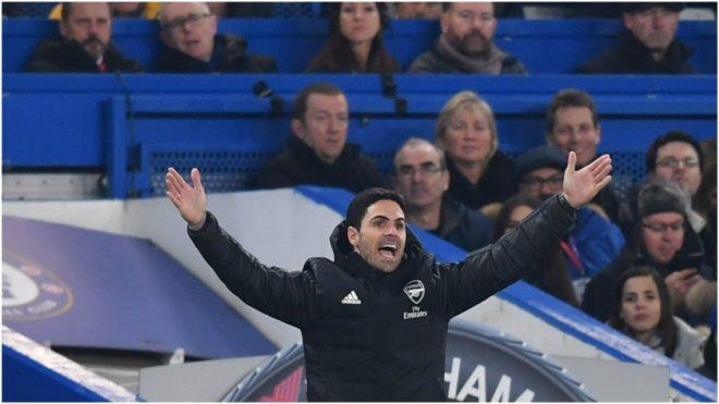 Arteta levanta los brazos durante un partido del Arsenal.