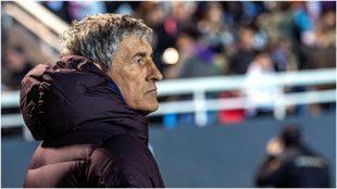 Setién observa durante el partido del Ibiza-Barcelona.