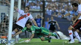 Milito grita el gol, Funes Mori ni Barovero pueden evitarlo.