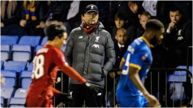 Klopp observa un desenlace del partido que el Liverpool empató ante el Shrewsbury.