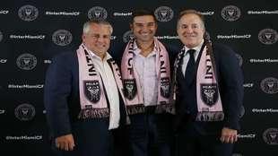 Diego Alonso posa junto a Paul McDonough y Jorge Mas.