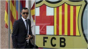 Jorge Menses posa delante del escudo del Barcelona.