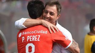 Pablo Pérez se abraza con Kudelka, su nuevo entrenador.