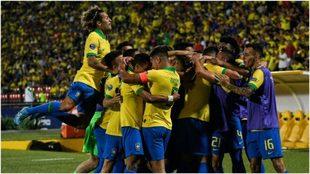 Los brasileños festejan uno de los tres goles ante Argentina.