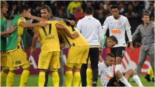 Los jugadores de Guaraní festejan ante la desolación de los...
