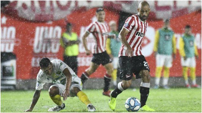 Mascherano controla la pelota ante un jugador de Defensa y Justicia.