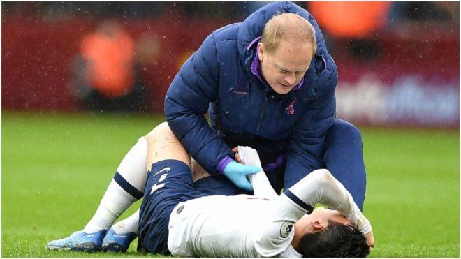 Son es atendido por el médico del Tottenham durante el partido con el...