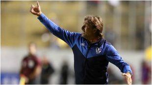 Heinze da indicaciones durante el partido Aucas-Vélez.