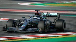 Valtteri Bottas, arriba de su Mercedes.