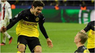 Reyna y Haalanda festejan un gol del Dortmund.