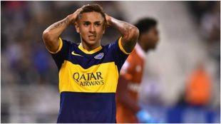 Agustín Almendra se agarra la cabeza durante un partido con Boca.