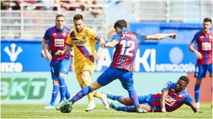 Messi gambetea a Oliveira, en n Eibar-Barcelona.