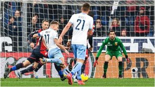 Immobile se apresta a sacar el derechazo de su gol, el segundo de la...