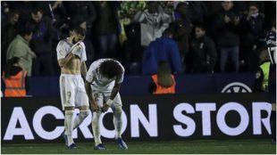 Benzema y Marcelo se lamentan durante el partido con el Levante.