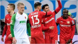 Alario abraza a Amiri en el festejo del segundo gol del Leverkusen.
