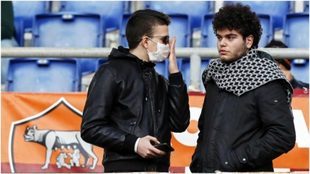 Dos hinchas italianos en un partido de la Roma.