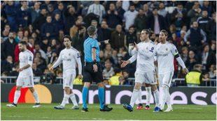 Bale y Sergio Ramos protestan al árbitro italiano Orsato.