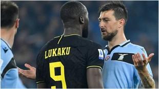 Acerbi discute con Lukaku.