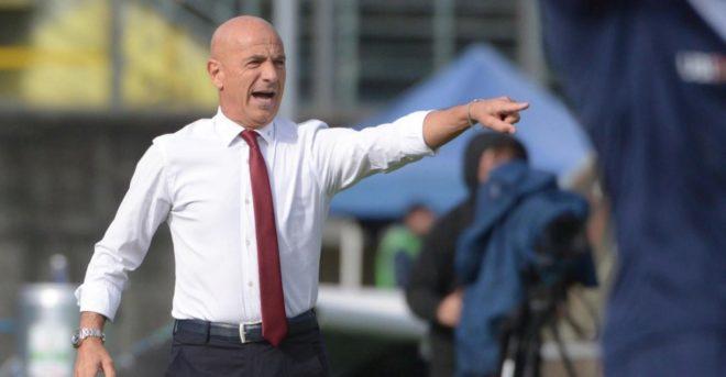 Giuseppe Sannino da indicaciones durante un partido con el Honved.