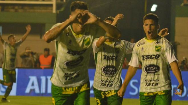 Los jugadores de Defensa y Justicia celebran el gol de la victoria...