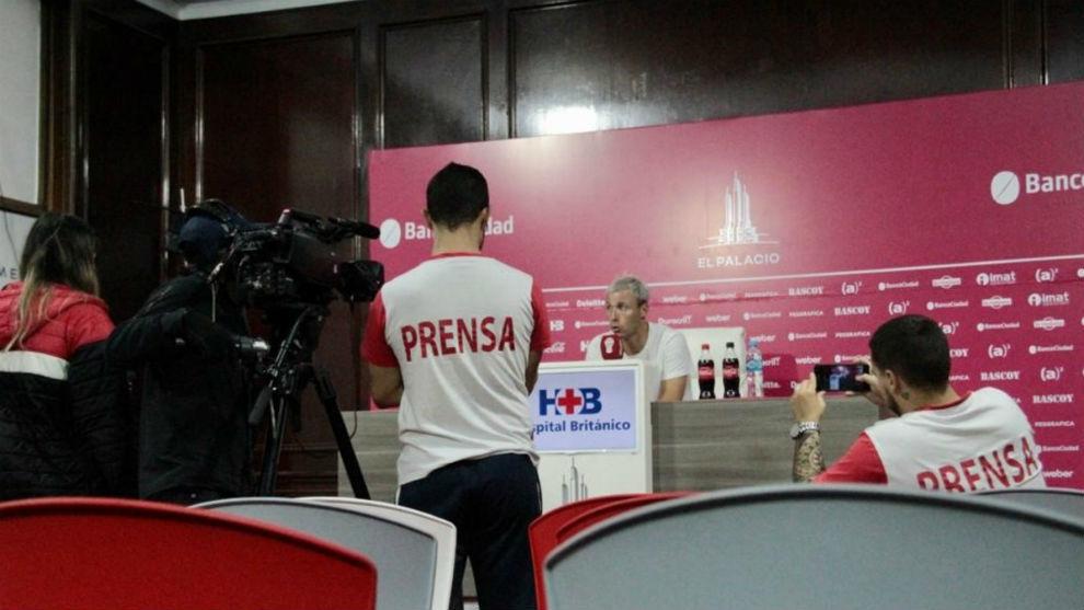 Damonte, en la sala de conferencias, junto a personal de prensa del...