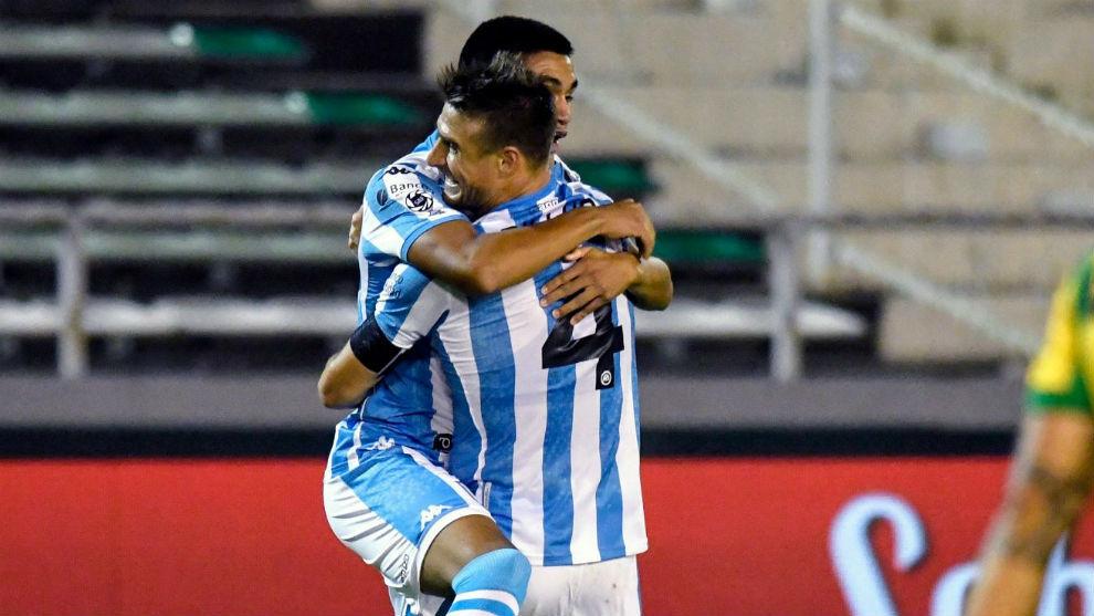 Pillud, autor del empate, abraza a Alcaráz, autor del gol de la...