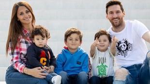 Leo junto a su esposa e hijos.