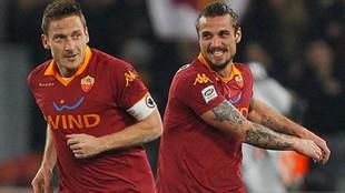 Totti junto a Osvaldo en una celebración de un gol.