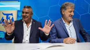 Claudio Tapia, presidente de AFA, junto a Sergio Marchi, titular de...