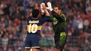 Maradona y Chilavert se saludan durante un partido.