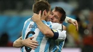 Messi y Biglia se abrazan tras el pase a la final del Mundial 2014.
