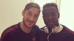 Joseph Perfection Bouasse junto a Francesco Totti.