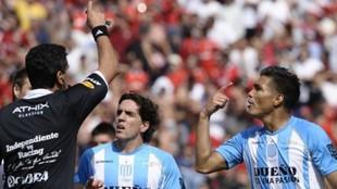 Teo Gutiérrez es expulsado en un partido con Racing.
