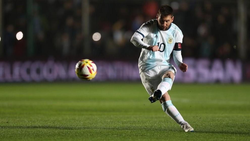 Messi impacta la pelota, en un partido amistoso ante Nicaragua en San...