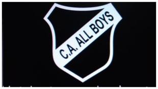 El escudo de All Boys modificado por los hinchas.