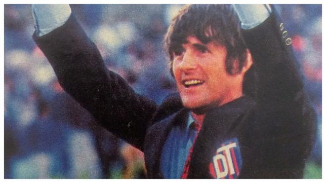 Milutinovic saluda durante su etapa en San Lorenzo, en 1987.